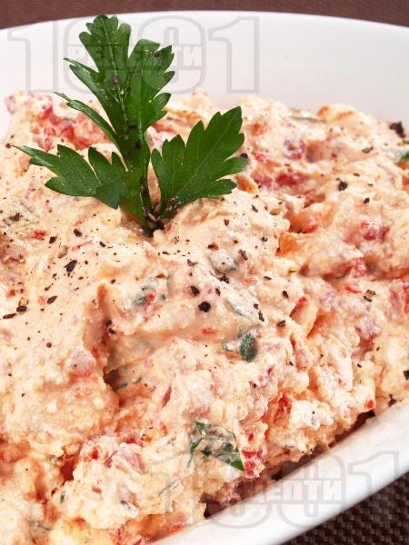 Гръцка салата от печени чушки и сирене Фета - снимка на рецептата
